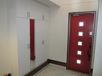 収納たっぷりの玄関に理想通りのドアがついてうれしいです。手すりや門扉もついて安全面でも満足しています。